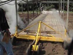 Figura 1- Injeção de vapor em substrato para controle de plantas daninhas. Fonte: Embrapa Meio Ambiente.