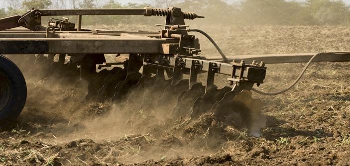 Figura 1 - Arado em plantio convencional. Fonte: Agropro.
