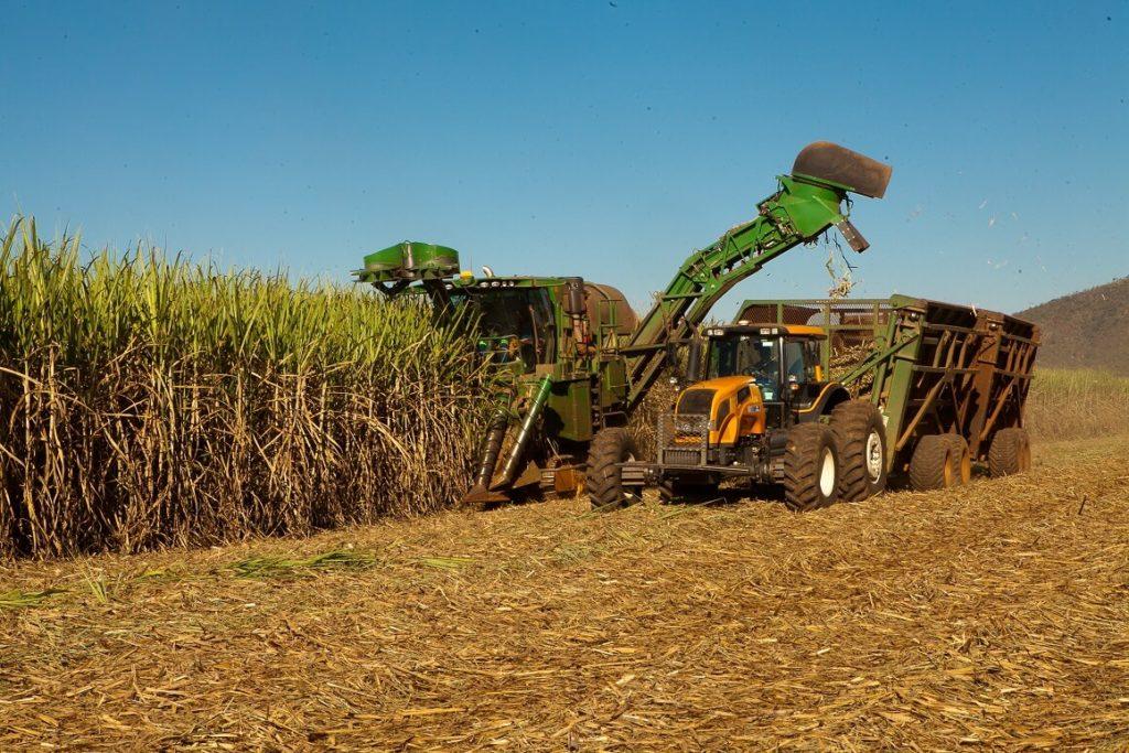 Figura 3 - Sistema de colheita mecanizada de cana. Fonte: Federação da Agricultura e Pecuária de Goiás (FAEG).