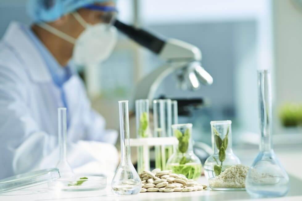 Biotecnologia: Cientista trabalhando no desenvolvimento de plantas melhoradas.