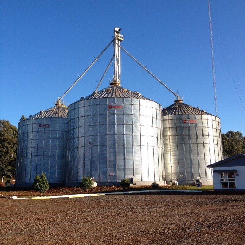 Figura 3 - Silos metálicos comumente utilizados no armazenamento de grãos. Fonte: Aprosoja.