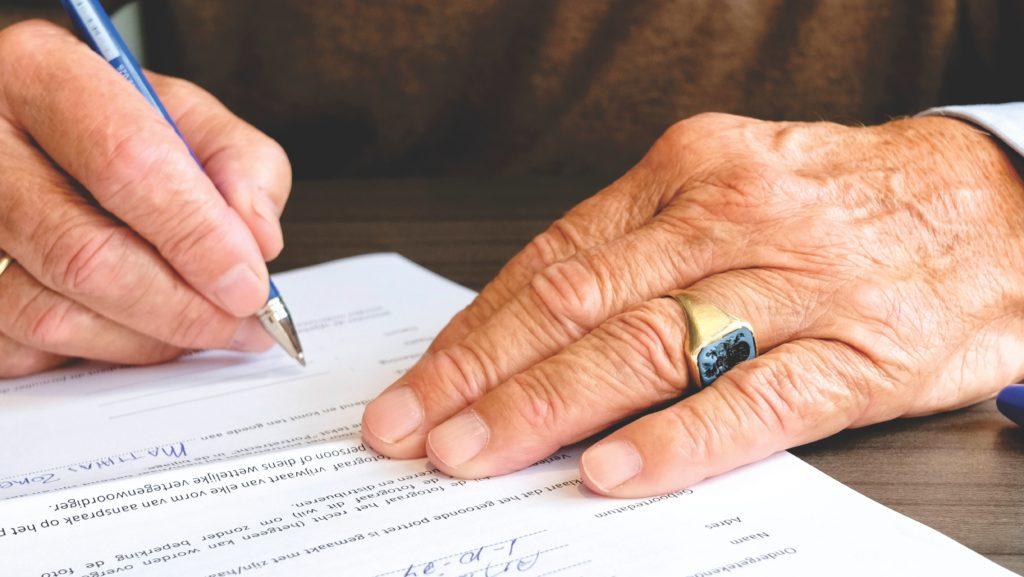 Senhor assinando um Contrato. Elabore corretamente os Contratos Agrários!