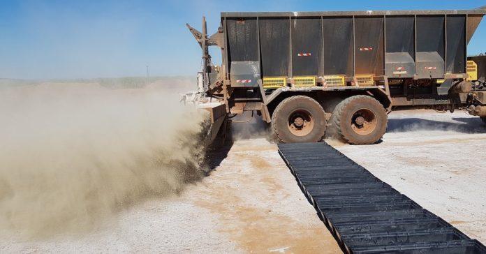 Aplicações de corretivos e fertilizantes em área total.